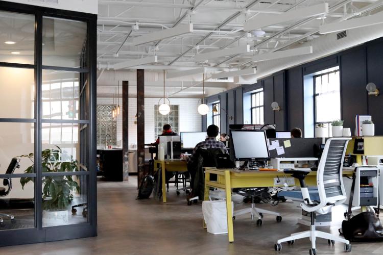 Großraumbüro mit mehreren Arbeitsplätzen